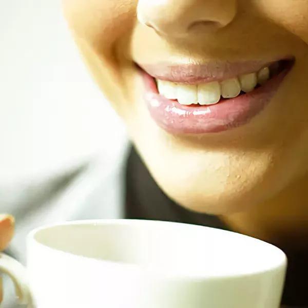 Какие чаи не окрашивают зубы. Красит ли зеленый чай зубы. Как дольше сохранить цвет после отбеливания